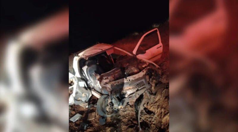 Strada fica destruída ao bater contra caminhão e capotar, em Guarapuava